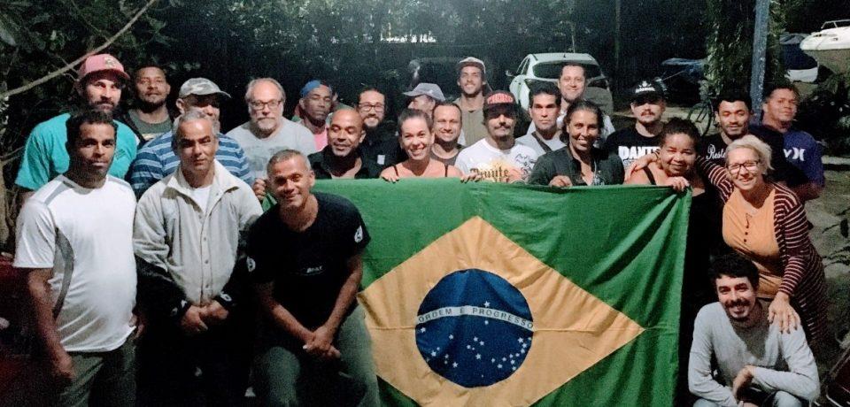 Pescadores de São Sebastião recebem protocolos e já podem trabalhar legalmente.